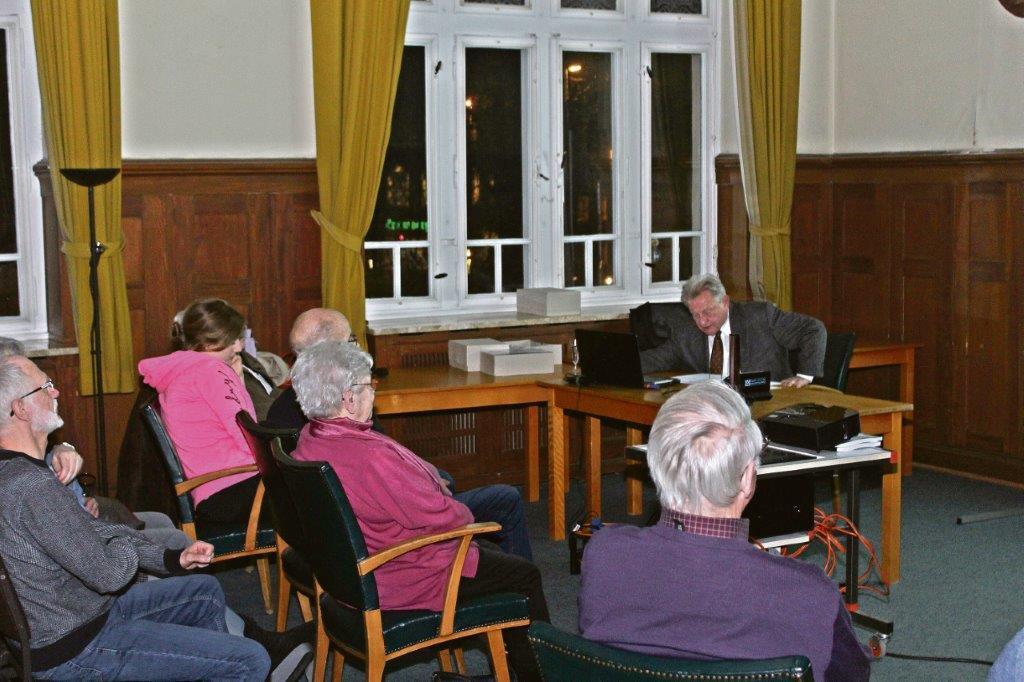 Traditionsveranstaltung: Dr. Diederichs präsentiert den Jahresrückblick mit Karikaturen im Lüttringhauser Rathaussaal. | Foto: Tim Oelbermann - www.oelbermann-foto.de