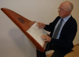 Hermann Veeh spielt auf der 37-saitigen Veeh-Harfe (2007).   Foto: Theo Hartogh [CC BY-SA 3.0 (https://creativecommons.org/licenses/by-sa/3.0)]