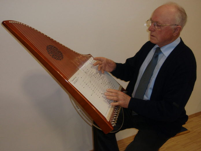 Hermann Veeh spielt auf der 37-saitigen Veeh-Harfe (2007). | Foto: Theo Hartogh [CC BY-SA 3.0 (https://creativecommons.org/licenses/by-sa/3.0)]