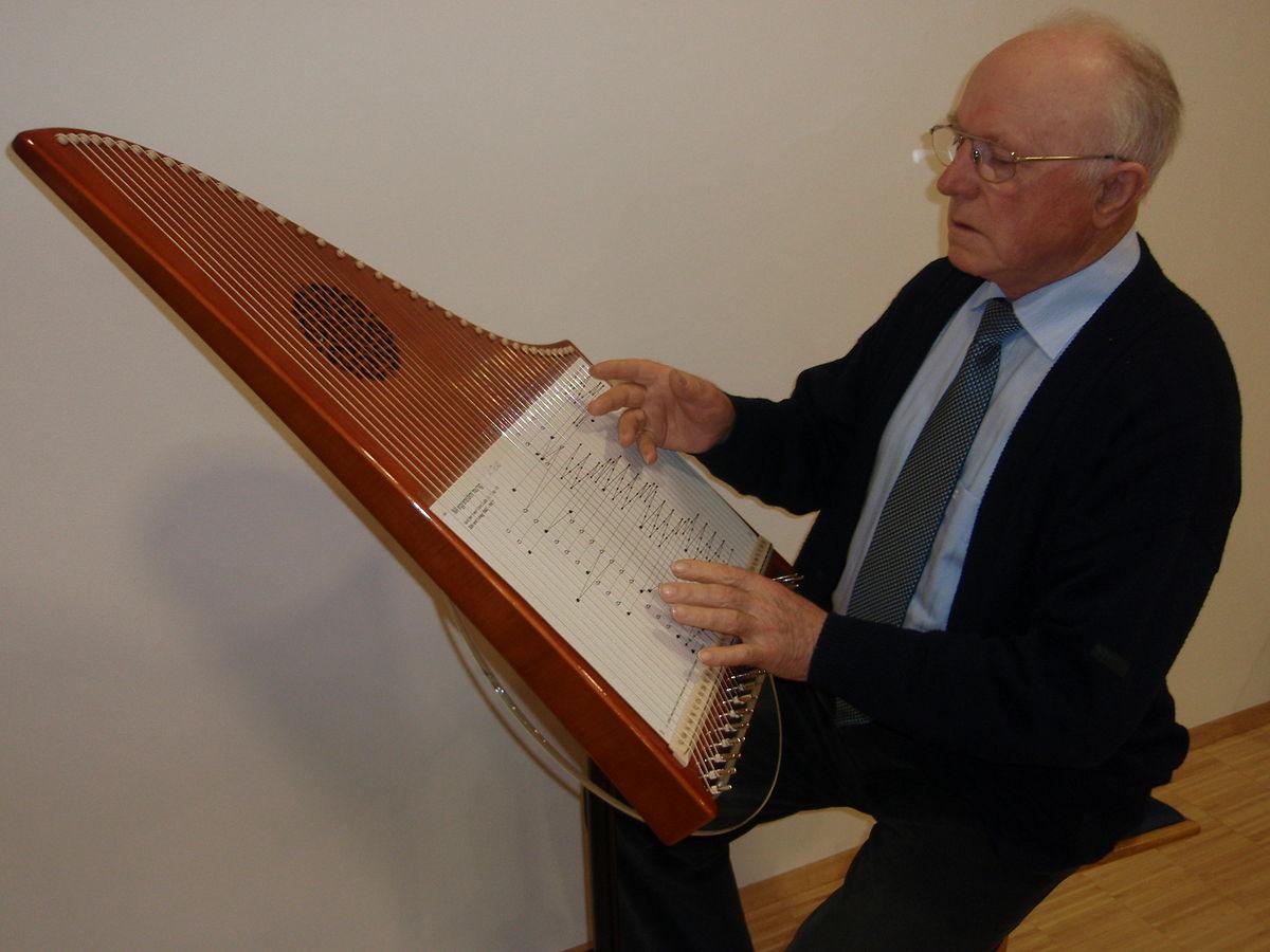 Hermann Veeh spielt auf der 37-saitigen Veeh-Harfe (2007). | Foto: Theo Hartogh [CC BY-SA 3.0 (https://creativecommons.org/licenses/by-sa/3.0)]