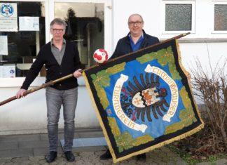 Jörg Michael Adams und Frank Hackländer (v.l.) mit sehr alter LTV-Standarte. | Foto: Sascha von Gerishem