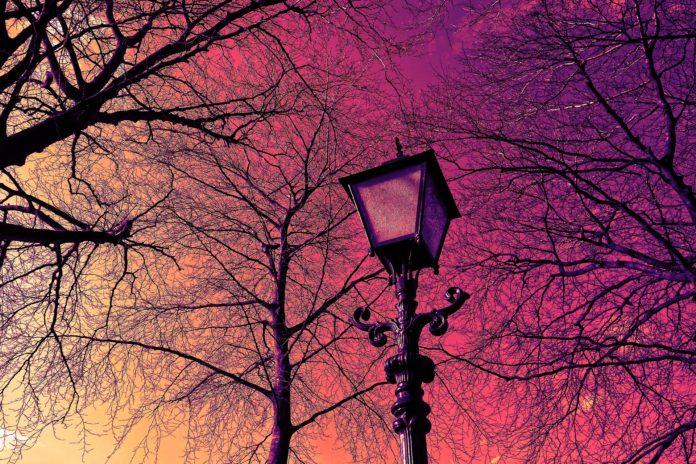 Historische Straßenlaterne vor farbigem Himmel. Symbolfoto.