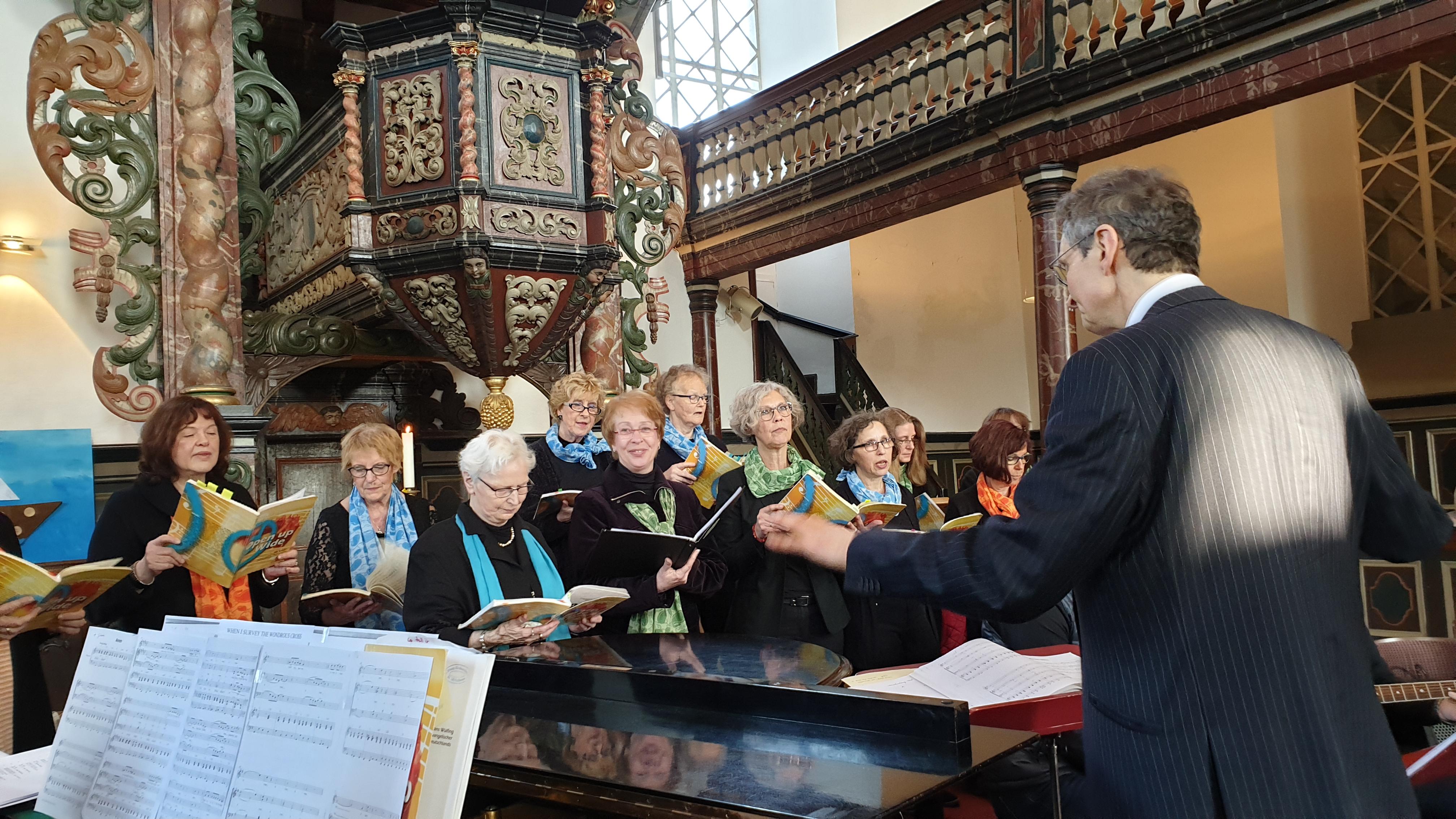 Der Gospelchor riß die Zuhörer begeistert mit. | Foto: Sascha von Gerishem