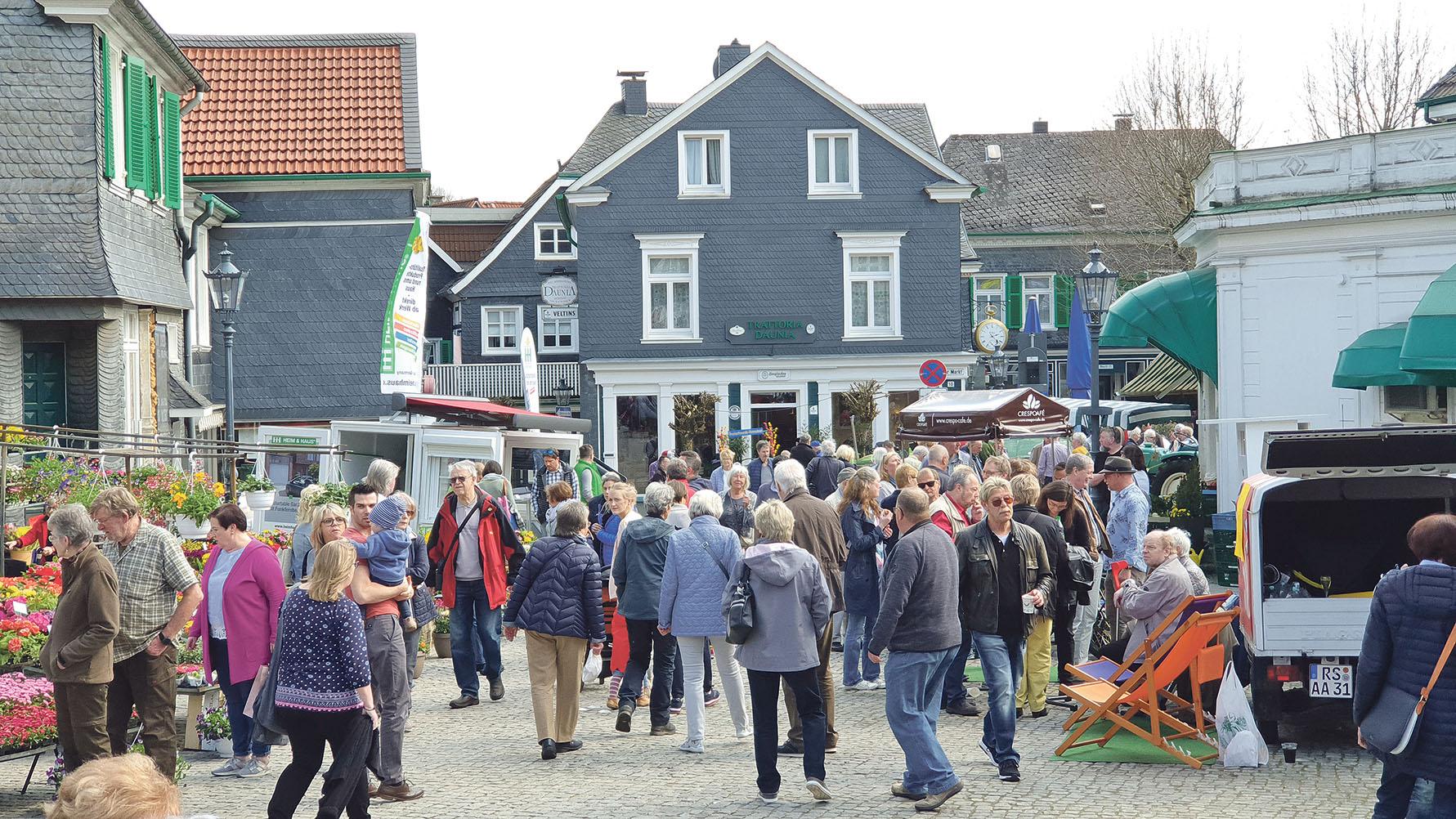 Lennep blühte auf, viele Besucher genossen den Sonntag in der Lenneper Altstadt.   Foto: Sascha von Gerishem