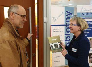 Informationen zu Hauseingangstüren waren bei Karin Sablotny sehr gefragt. | Foto: Sascha von Gerishem
