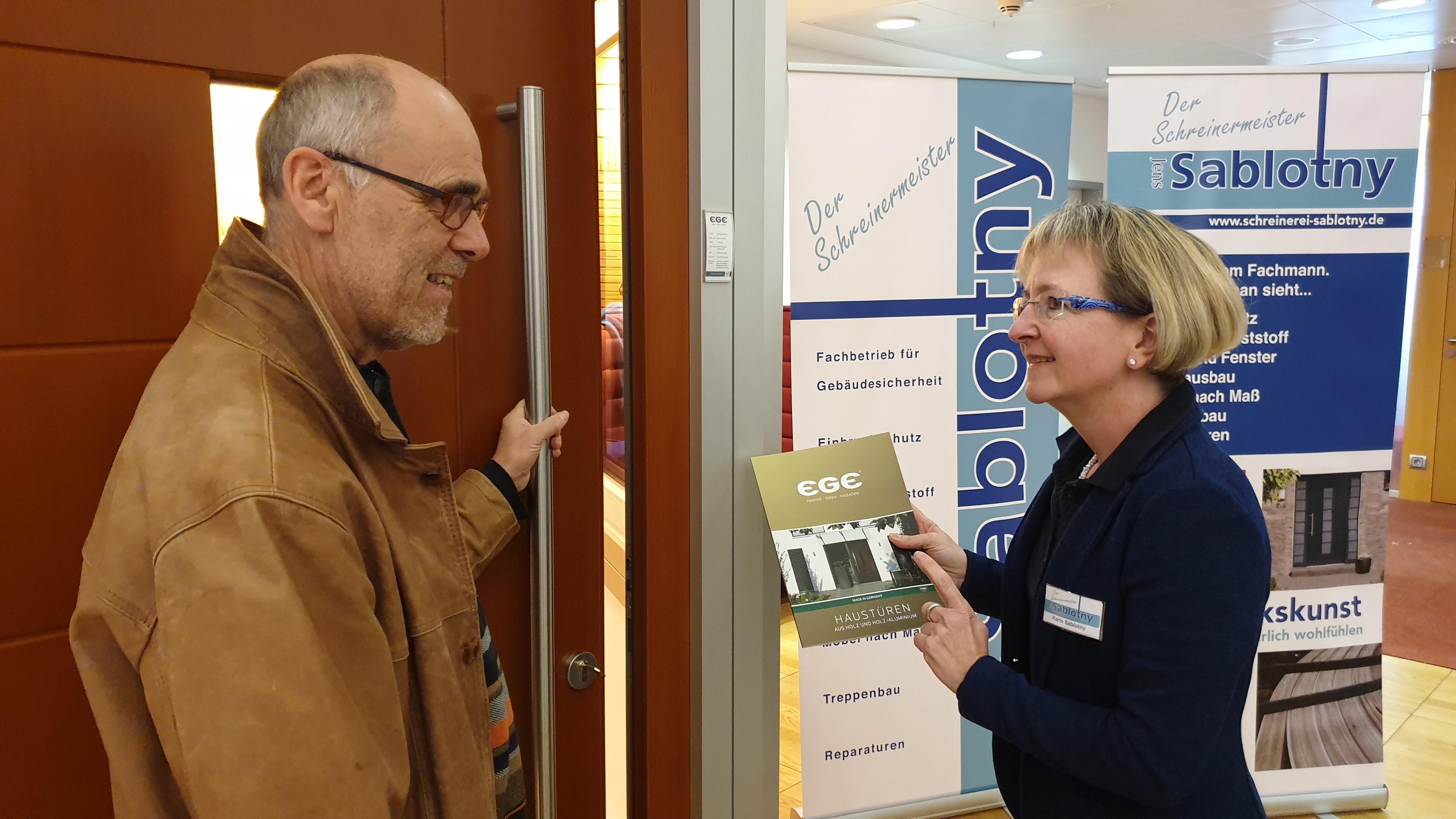 Informationen zu Hauseingangstüren waren bei Karin Sablotny sehr gefragt.   Foto: Sascha von Gerishem
