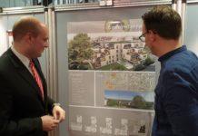 Fabian Günther, Leiter des ImmobilienCenters der Stadtsparkasse Remscheid, präsentiert die Erdelen-Terrassen.   Foto: Sascha von Gerishem