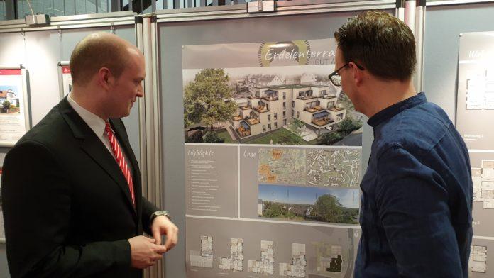 Fabian Günther, Leiter des ImmobilienCenters der Stadtsparkasse Remscheid, präsentiert die Erdelen-Terrassen. | Foto: Sascha von Gerishem