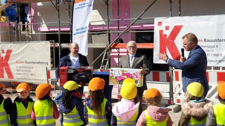 Lutz Uwe Magney und Andreas Otto vergrößerten den Fuhrpark der Kita Klauser Delle in Lüttringhausen. | Foto: Sascha von Gerishem