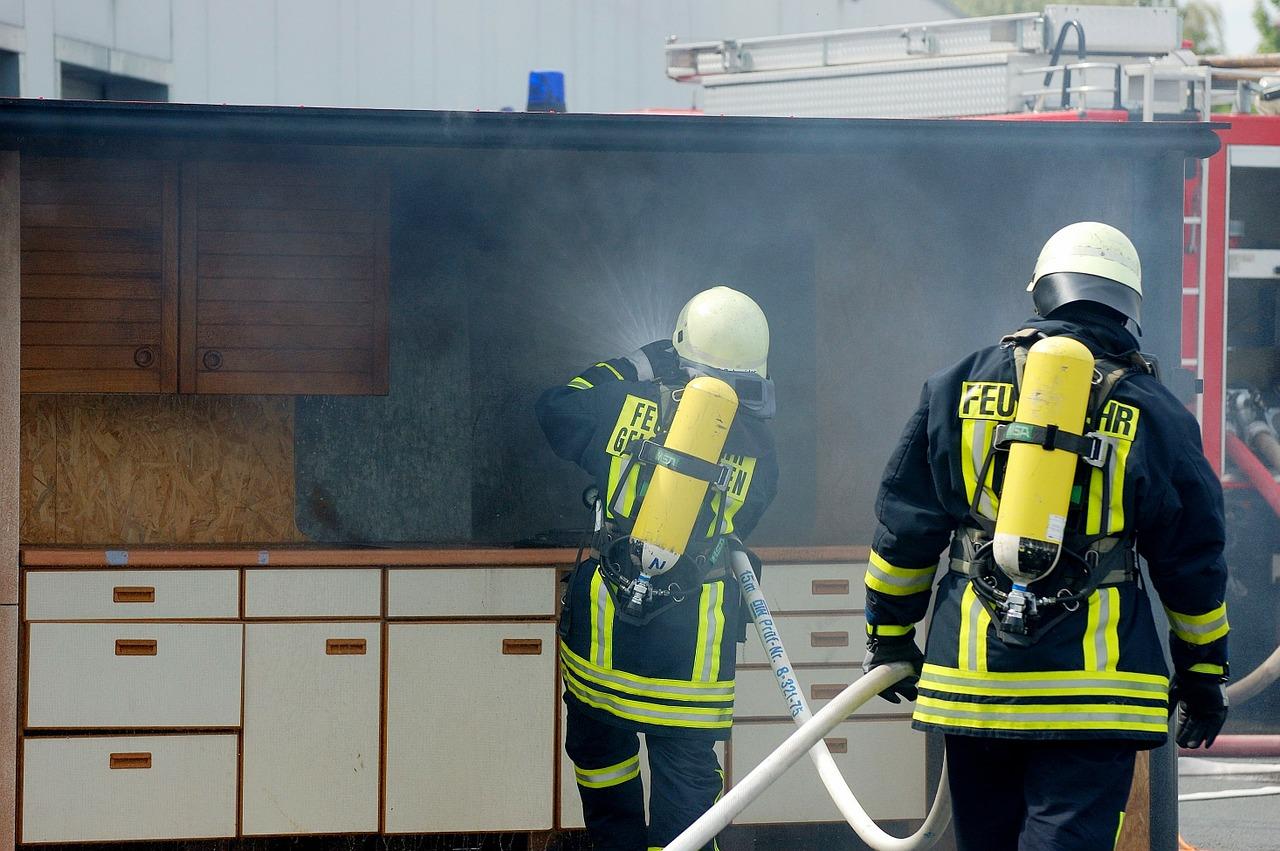 Die Feuerwehr bei der Brandbekämpfung. Hier eine Übung. Symbolfoto.