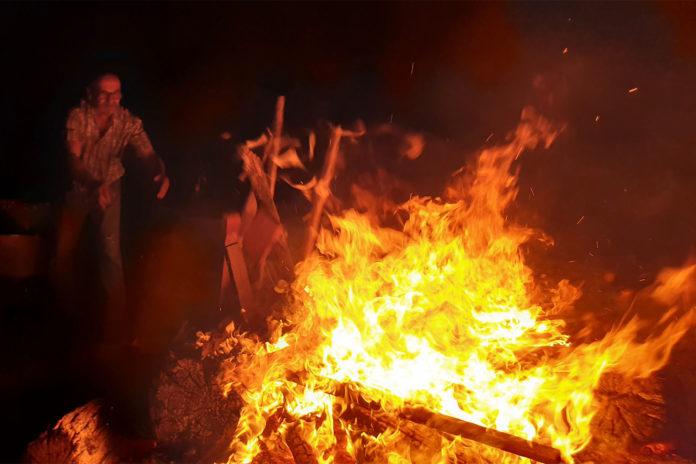 Vorsitzender Martin Henning kümmerte sich um das Osterfeuer. | Foto: Sascha von Gerishem