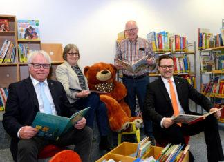 Die Büchereifreunde freuen sich über die Volksbank-Spende.