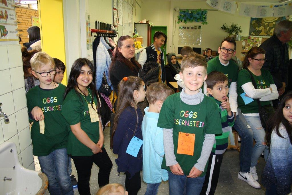 Überall waren Kinder und Eltern mit den neuen Schul-T-Shirts zu sehen, die Kotthaus Berufsbekleidung fertigt. | Foto: Marc Schlichter