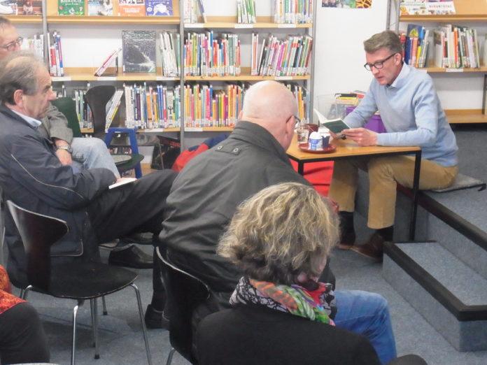 Sven Wolf in der Stadtteilbibliothek Lüttringhausen.   Foto: Peter Klohs
