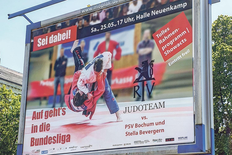 Großflächige Werbung für das Judoteam. | Foto: Jürgen Steinfeld