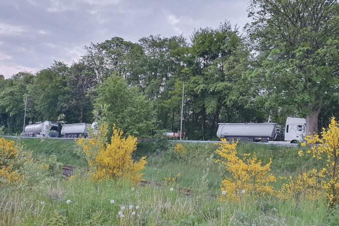 Stehen entgegen der Fahrtrichtung: Falschparkende Lkw. | Foto: privat