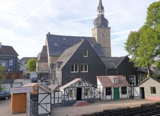 Die Heimatspielbühne im Schatten der Evangelischen Stadtkirche Lüttringhausen. | Foto: Sascha von Gerishem