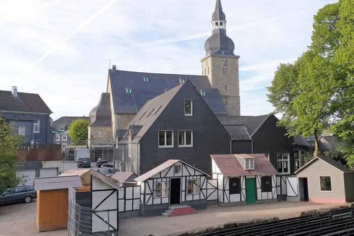 Die Heimatspielbühne im Schatten der Evangelischen Stadtkirche Lüttringhausen.   Foto: Sascha von Gerishem