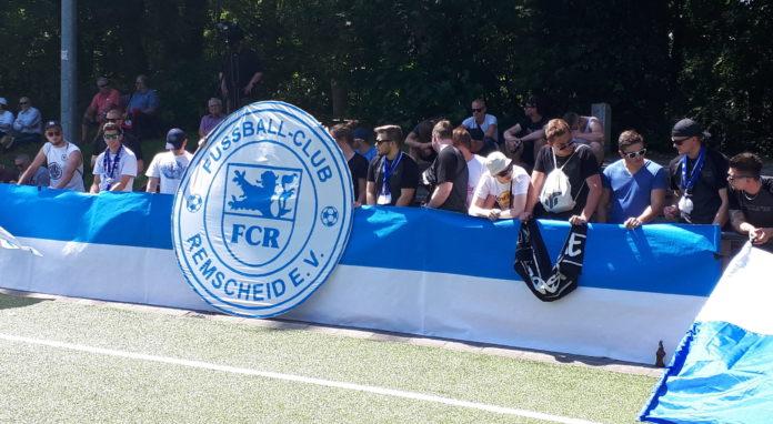 Viele Fans sind zum letzten Saisonspiel des FC Remscheid mit nach Rath gefahren. | Foto: Thorsten Greuling
