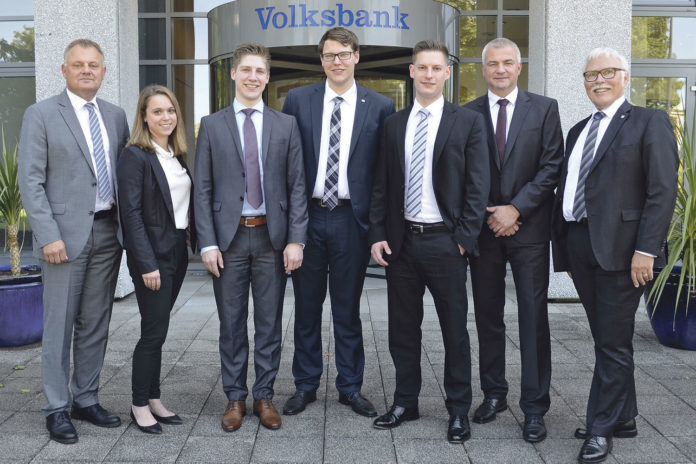 Andreas Otto, Ramona Fresen, Jakob Koblischke, Marvin Walter, Michael Goller, Thomas Willzcek und Lutz Uwe Magney (v.l.). | Volksbank