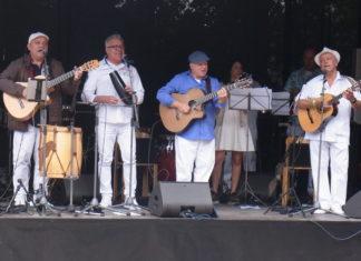 Salsa bis der Arzt kommt: Kai Heumann (Mitte im blauen Hemd) und Kollegen auf der Bühne in Lüttringhausen. Foto: Peter Klohs