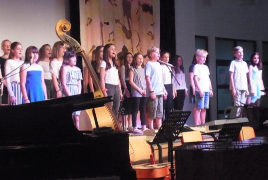 Musiklehrerin Marina Rohn leitete die jungen Musiker*innen an. Foto: Peter Klohs
