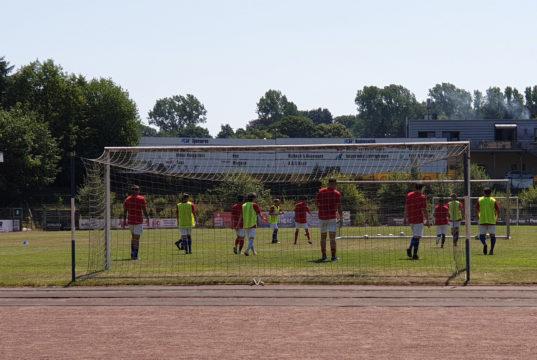 Die 1. Mannschaft des FC Remscheid beim Training im Röntgen-Stadion. Foto: Sascha von Gerishem
