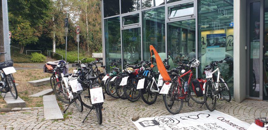 Die Räder der Tour de Fair-Teilnehmer vor dem Deutsches Röntgen-Museum in Lennep. Foto: Sascha von Gerishem