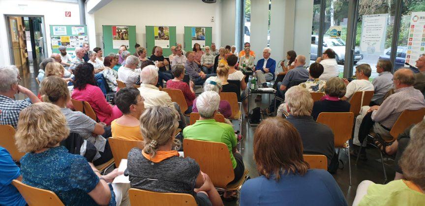 Es mussten mehrfach Stühle nachgeholt werden, so gut war die RS fair-Veranstaltung im Röntgen-Museum besucht. Foto: Sascha von Gerishem