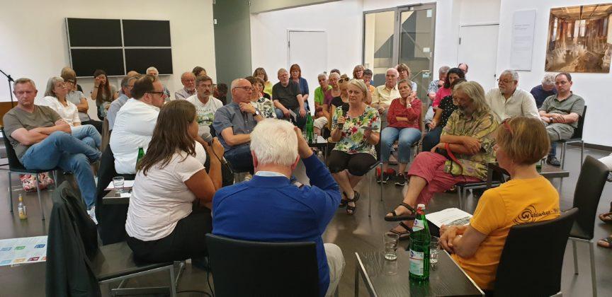 Die Fishbowl-Diskussion lebte vom ständigen Wechsel in der Gesprächsrunde. Foto: Sascha von Gerishem