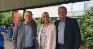 Remscheids Oberbürgermeister Burkhard Mast-Weisz und Andreas Otto erwarten rund 300 Prominente in Lennep. Foto: Sascha von Gerishem