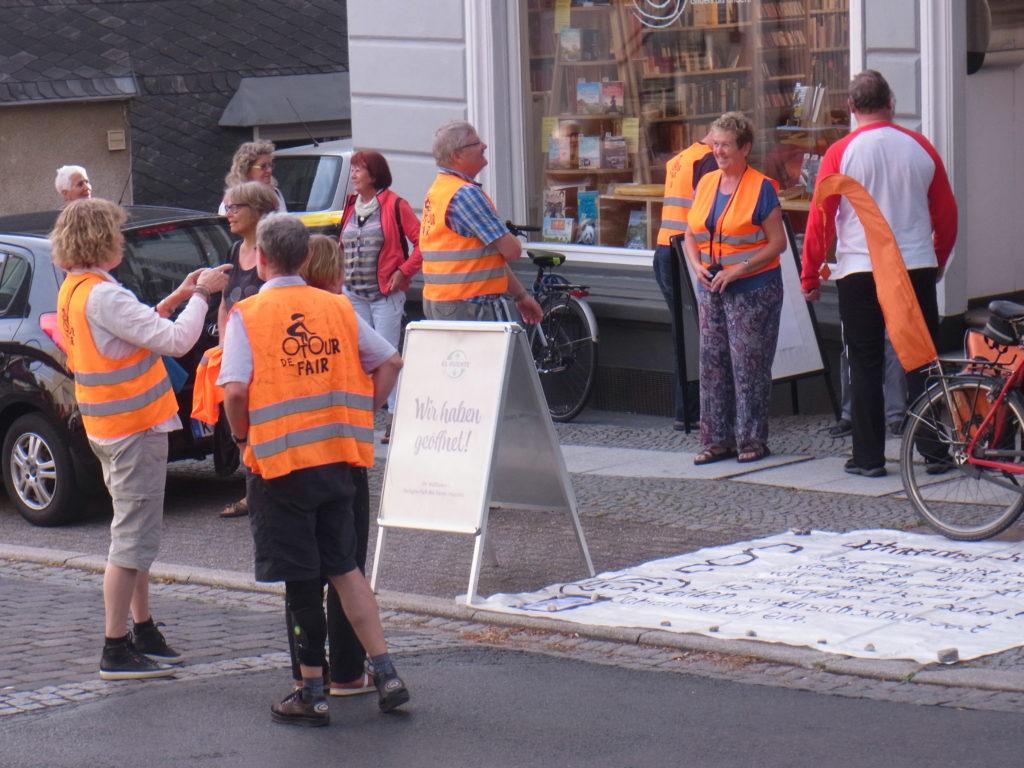 Die ersten Besucher sind per Fahrrad am Weltladen eingetroffen. Foto: Peter Klohs