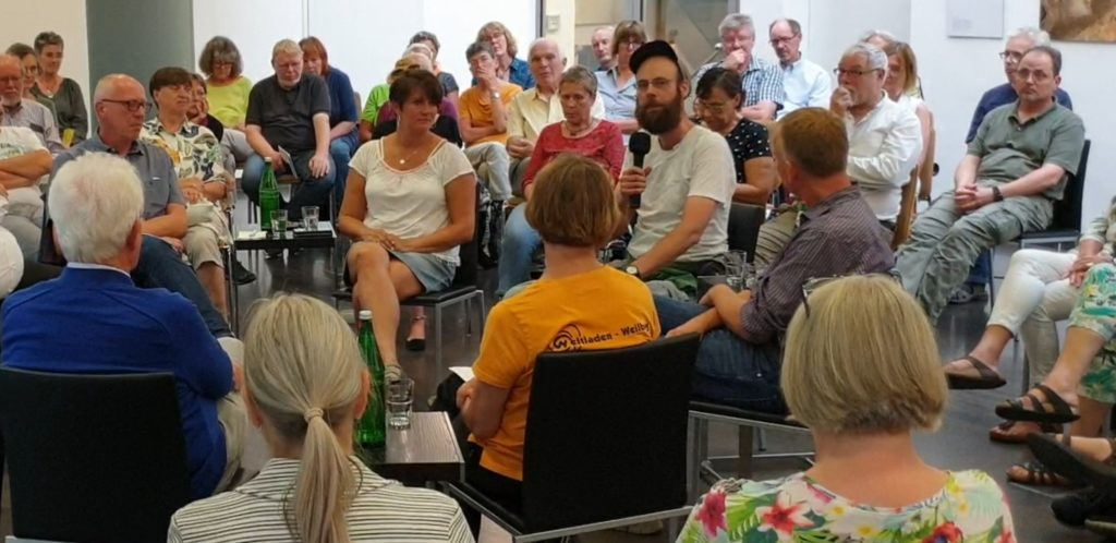 Ein Anwohner hat Fragen zum DOC in Lennep. Foto: Sascha von Gerishem