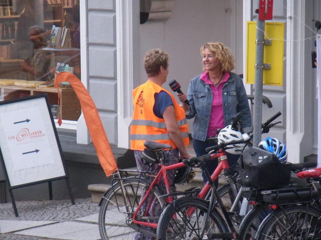 Das WDR-Fernsehen (Lokalzeit Bergisch Land) war auch vor Ort und suchte das eine und andere Gespräch. Foto: Peter Klohs