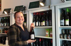 Danny Winter führt herzlichst durch die erste Weinprobe im WinterZeit Shop in der Kreuzbergstraße 26 in Lüttringhausen. Foto: Sascha von Gerishem