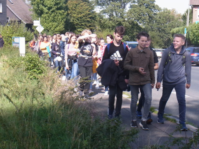 Beim Klimaprotest des Leibniz-Gymnasiums kamen mehr als 600 Menschen in Lüttringhausen zusammen. Foto: Peter Klohs