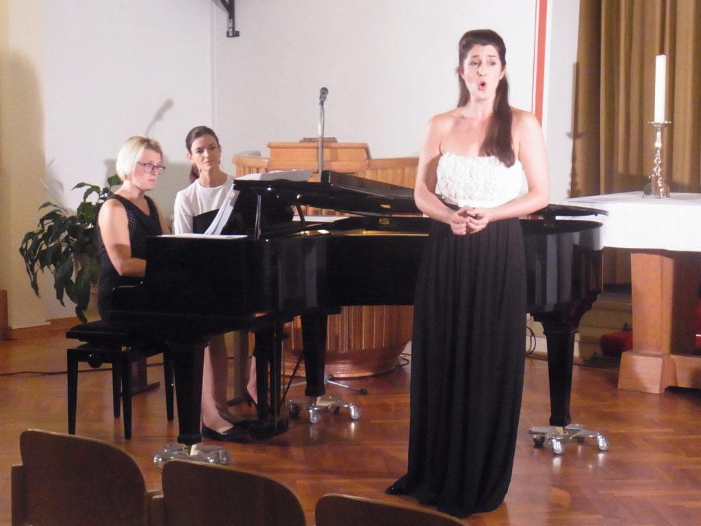 Maren Donner, Rezitatorin Reinhild Köhncke, Mezzosopranistin Sandra Schares bei ihrem Konzert in der Goldenberger Kirche. Foto: Peter Klohs