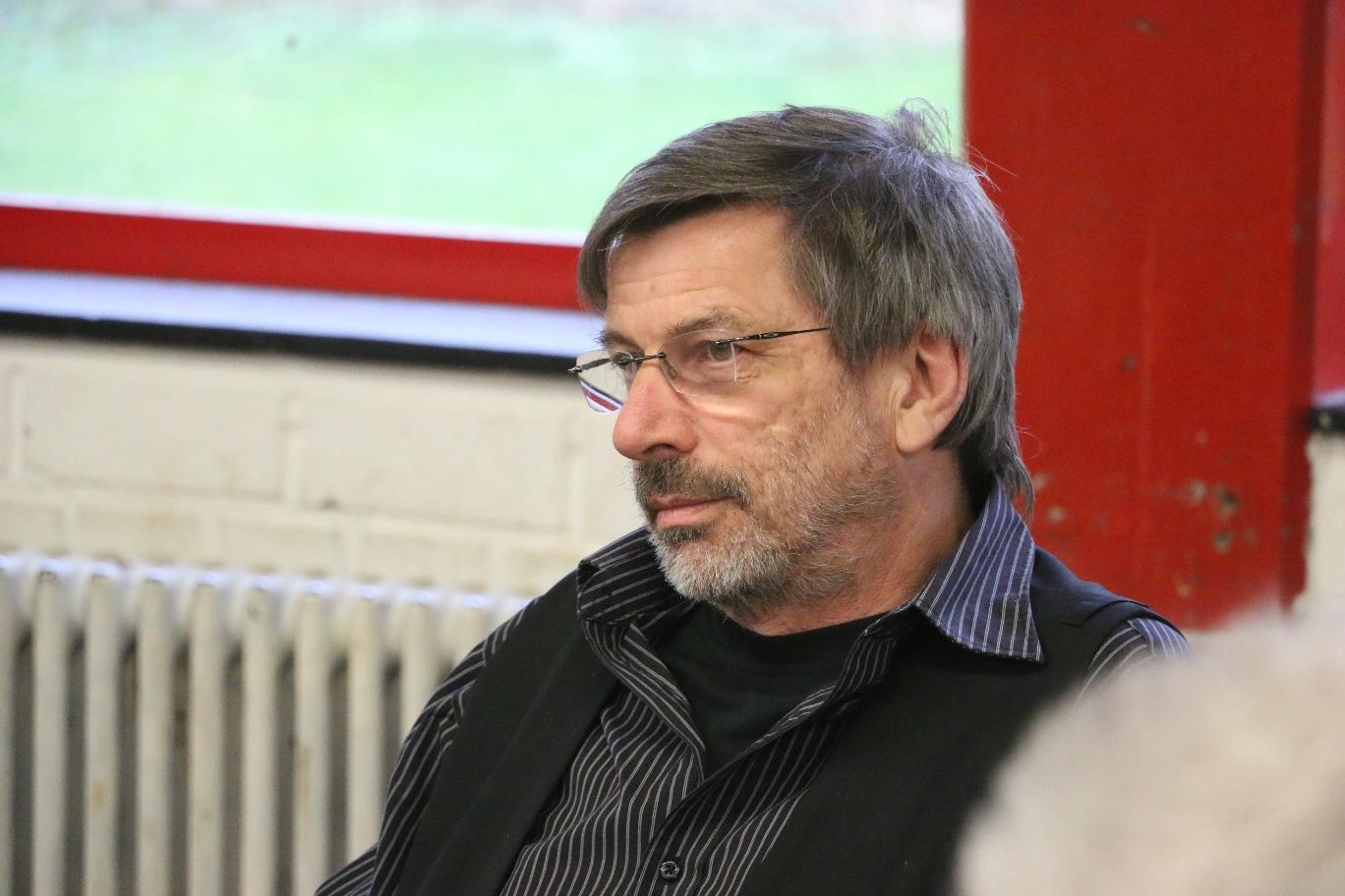 Volker Beckmann im März 2017 bei einer Veranstaltung während der Internationalen Wochen gegen Rassismus im Jugendzentrum Klausen. Foto: Antonio Scarpino