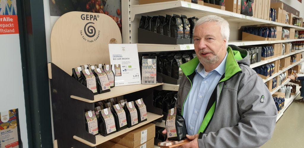 Der Musasa-Kaffee, den Rolf Haumann präsentiert, wurde vom Anbau bis zur Röstung komplett in Ruanda gefertigt. Foto: Sascha von Gerishem