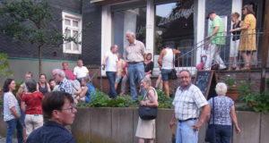 Eine große Menschenmenge wartet vor dem Café Lichtblick in der Gertenbachstraße in Lüttringhausen auf die Stadtführerin Linda Kessler. Foto: Peter Klohs