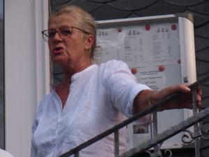 Stadtführerin Linda Kessler beim Rundgang durch Lüttringhausen. Foto: Peter Klohs