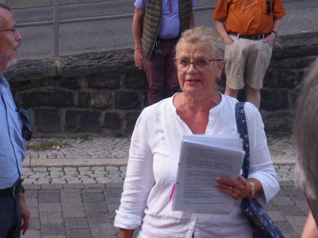 Stadtführerin Linda Kessler beim Rundgang durch Lütterkusen. Foto: Peter Klohs