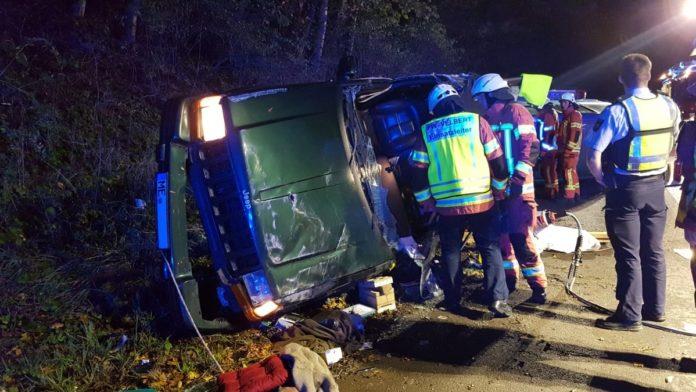 Die Feuerwehr öffnete das Fahrzeugdach mit einer hydraulischen Rettungsschere, um den eingeklemmten Fahrer zu befreien. Foto: Feuerwehr Velbert
