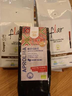 Der neue GEPA-Kaffee von Aprolma (vorne) und der Bauernmarktkaffee vom Flair-Weltladen (hinten). Foto: Johannes Haun