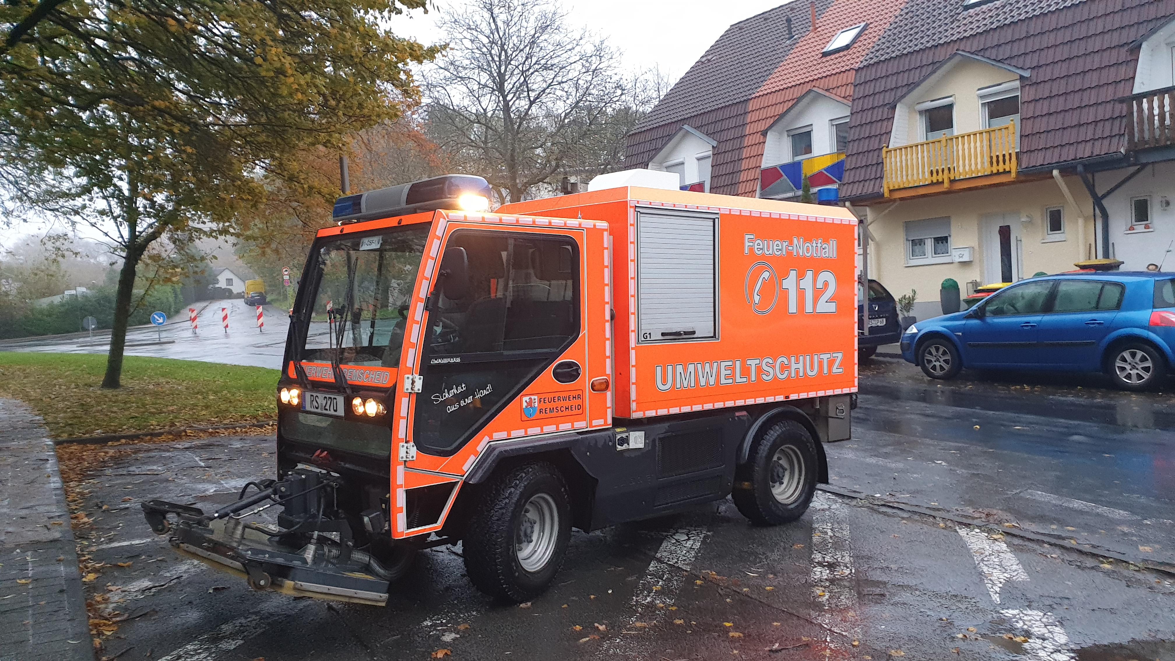 Die Abteilung Umweltschutz rückte aus, um das ausgelaufene Betriebsmittel zu neutralisieren. Foto: Sascha von Gerishem