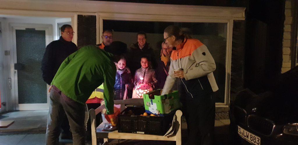 Vincent Amtmann und Frank Hoffmann von den Remscheider Grünen verteilten selbstgebackene Biokekse undSüßigkeiten an die Kinder. Foto: Sascha von Gerishem