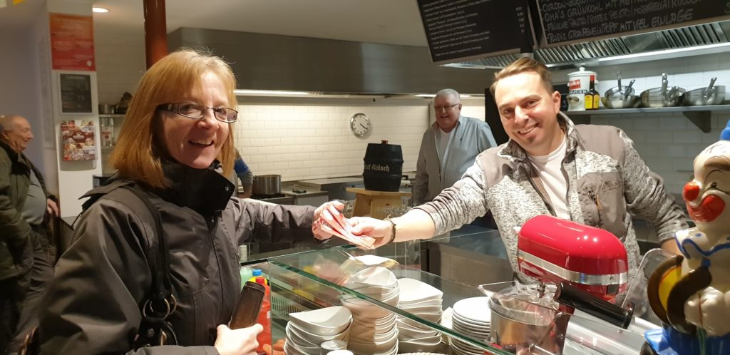 Dagmar Flohr aus Lüttringhausen sichert sich mit die ersten Karten für Altweiber direkt von Tobi Riemann. Foto: Sascha von Gerishem