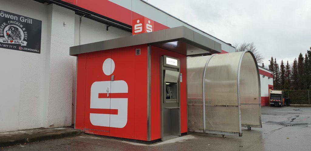 Auf dem Erciyes-Parkplatz steht der überdachte Geldautomat der Stadtsparkasse Remscheid.. Foto: Sascha von Gerishem