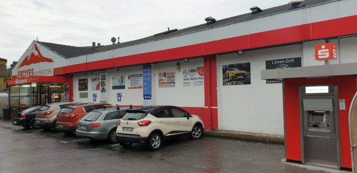 Die Stadtsparkasse Remscheid hat am Supermarkt Erciyes an der Alexanderstraße 43 – 45 in Remscheid einen neuen Geldautomaten in Betrieb genommen. Foto: Sascha von Gerishem