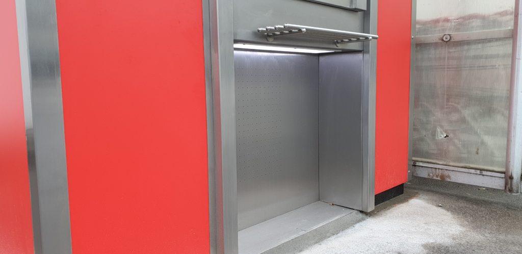 Diese Nische unter dem Bedienterminal des Sparkasse-Geldautomaten sorgt dafür, dass man auch mit dem Rollstuhl nah ans Bedienfeld heranfahren kann. Foto: Sascha von Gerishem